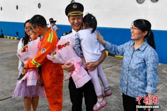 """""""海洋六号""""船返抵广州海洋地质专用码头,船员与家人团聚。<a target='_blank' href='http://www-chinanews-com.tkszhoucheng.com/'>中新社</a>记者 陈骥�F 摄"""