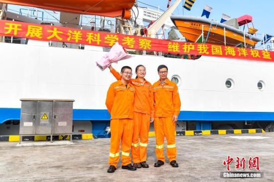 """船员在""""海洋六号""""前合影留念。<a target='_blank' href='http://www-chinanews-com.tkszhoucheng.com/'>中新社</a>记者 陈骥�F 摄"""