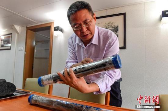"""""""海洋六号""""船在维嘉海山采得的浅钻岩心样品。<a target='_blank' href='http://www-chinanews-com.tkszhoucheng.com/'>中新社</a>记者 陈骥�F 摄"""