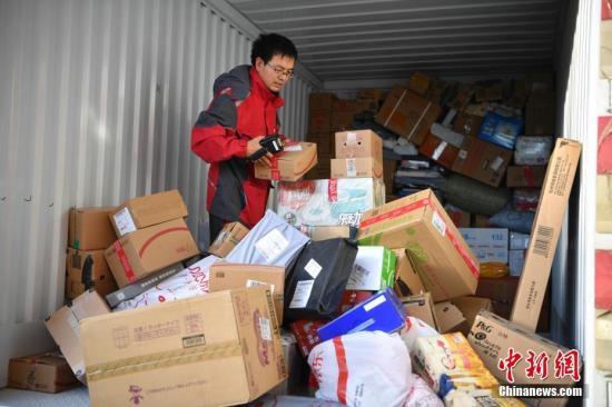 货物从仓库抵达配送站。中新社记者 刘冉阳 摄