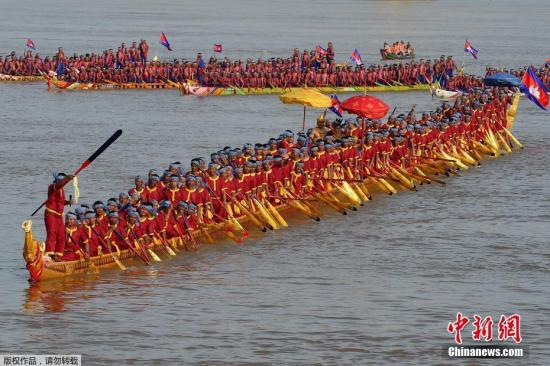 当地时间11月12日,柬埔寨波罗勉省,由柬埔寨一个团队打造的龙舟亮相湄公河上。这艘龙舟全长87.3米,可容纳179人,打破了吉尼斯世界纪录,跃升世界第一长龙舟。