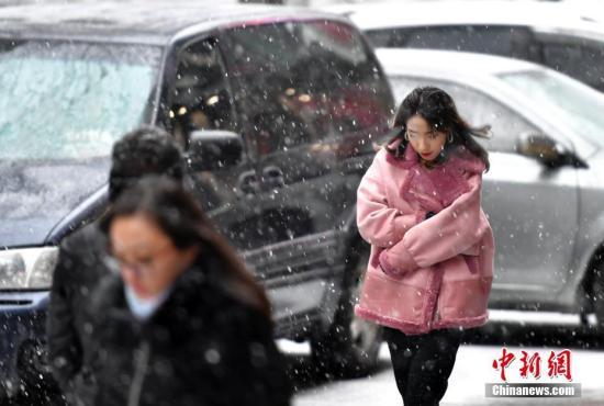 资料图:市民在雪中行走。 <a target='_blank' href='http://www-chinanews-com.fybjp.com/'>中新社</a>记者 刘新 摄