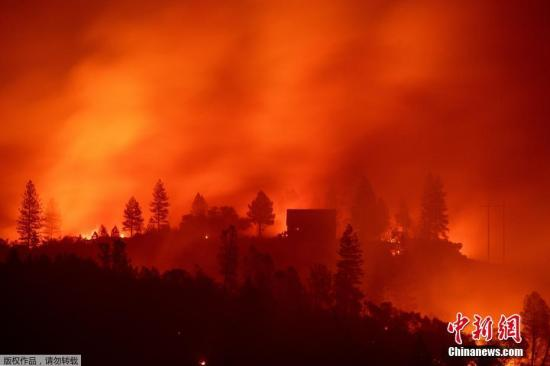 """当地时间11月11日,美国加利福尼亚州北部山火持续肆虐,截至10日这一火灾造成的死亡人数已升至25人。加州消防局发言人卡哈特表示,""""坎普""""过火面积已达约425平方公里,20%的火情得到控制。目前,4000多名消防员在500多辆消防车和23架直升机支援下正全力投入人员救助和灭火工作,但由于天气条件不利,相关工作遇到不少困难。"""