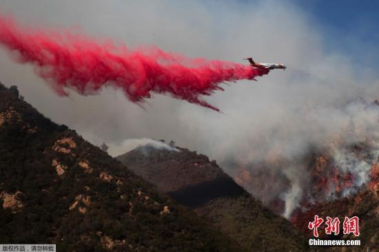 资料图:美国加利福尼亚州北部山火肆虐,飞机出动灭火。