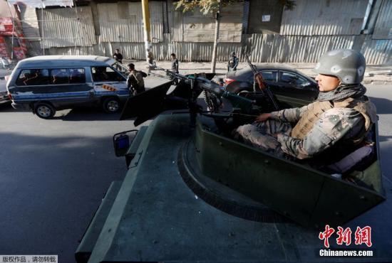 材料图:阿富汗喀布尔市中心一所高中邻近发作爆破。事情发作后,有民众在当地集合,要求阿政府加强在部分省份的安保力气,维护民众免受阿富汗塔利班要挟。