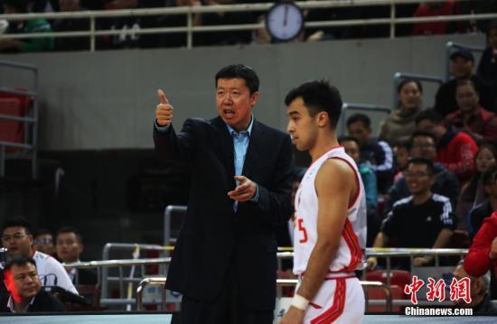 资料图:八一队主教练王治郅(左)。本赛季八一战绩不佳,早早失去季后赛资格。<a target='_blank' href='http://www.chinanews.com/'>中新社</a>记者 刘占昆 摄