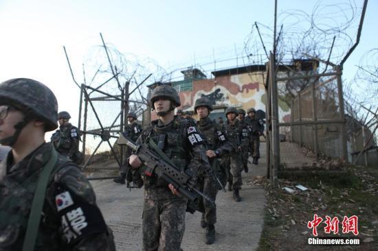 韩国国防部11月11日发布消息称,韩朝已从非军事区试点拆除的各自11处警备哨所中撤出全部武器和兵力,除双方各保留1处哨所外,将开始拆除其余所有哨所。图为韩国军人撤离非军事区试点拆除的警备哨所。中新社发 韩国国防部供图