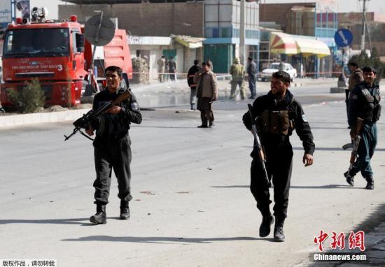 阿富汗内政部副发言人称,这起事件是一起自杀式炸弹袭击,袭击者步行前往,想把目标瞄准集会民众,但在距离集会现场约200米处被安全检查站拦下。这名发言人还称,爆炸造成的伤亡大多是安保人员。