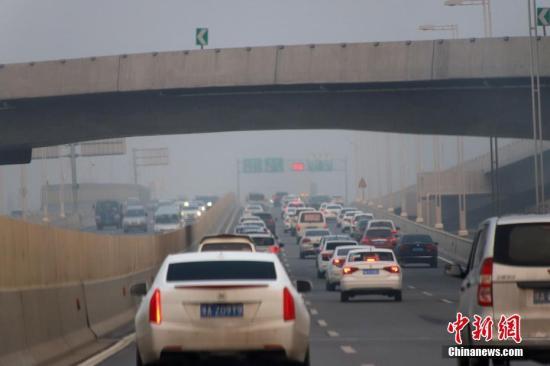 11月12日,河南郑州大雾弥漫。图为车辆在公路上行驶。中新社记者 王中举 摄