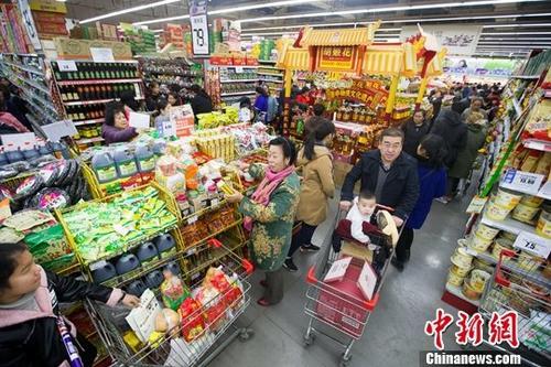 """11月11日,山西太原某超市进行""""双十一""""打折促销活动,吸引了大批民众前来购买生活用品,场面十分火爆。<a target='_blank' href='http://www-chinanews-com.yaochuantuoxie.com/'>中新社</a>记者 张云 摄"""