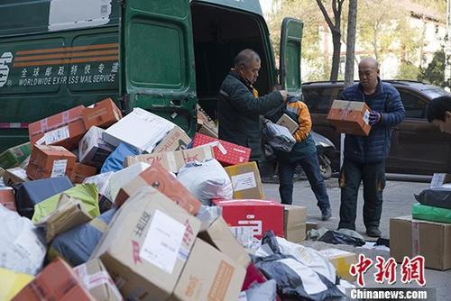 资料图:邮政工作人员正在分拣快递。中新社记者 张云 摄