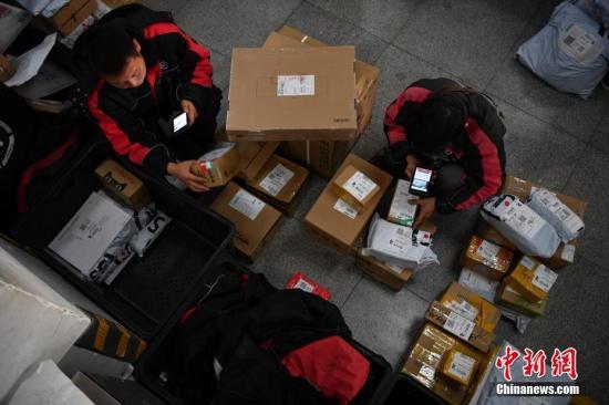 资料图:工作人员录入派件信息。 <a target='_blank' href='http://www.chinanews.com/'>中新社</a>记者 刘冉阳 摄