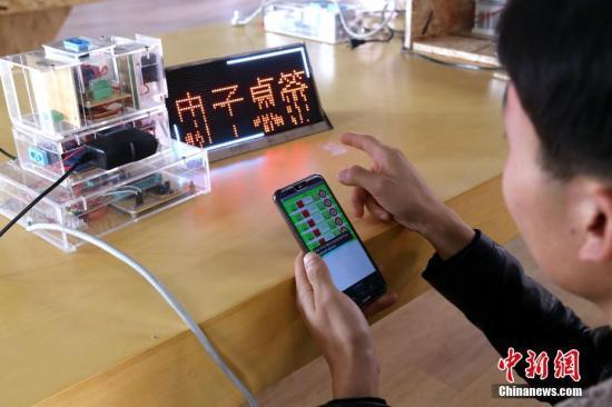资料图:青海学生发明智能插座,获实用新型专利。 中新社记者 马铭言 摄