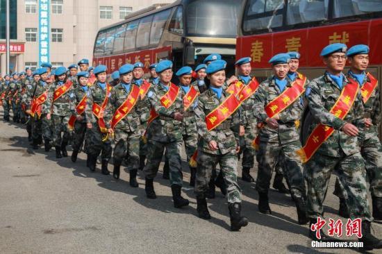 资料图:中国第五批赴南苏丹(朱巴)维和步兵营首批180名官兵出征。 中新社记者 胡善雨 摄