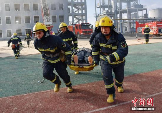 资料图:消防救援实战演练。师永红 摄