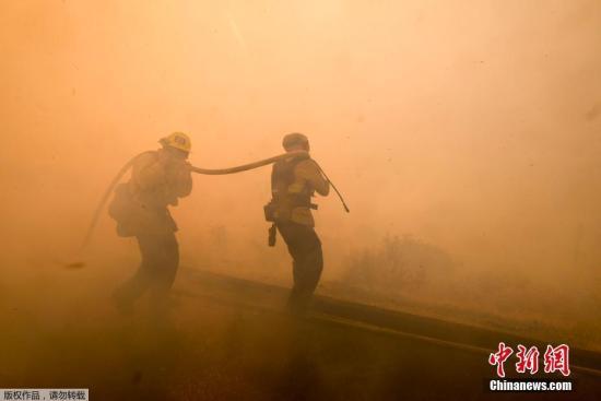 索诺玛郡警察局长吉尔丹诺11日表示,北加州的坎普大火和南加州的伍斯里大火已造成31人死亡,烧毁逾6.7万栋建筑。据加州森林防火部数据,加州野火延烧面积高达19.6万英亩。
