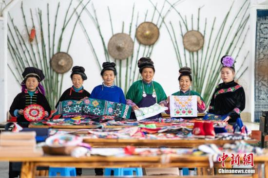 资料图:贵州丹寨,绣娘在合作社展示完成的刺绣作品。2018年,丹寨县非遗手工经济模式共带动全县近8000名绣娘居家就业,脱贫增收。 中新社记者 贺俊怡 摄