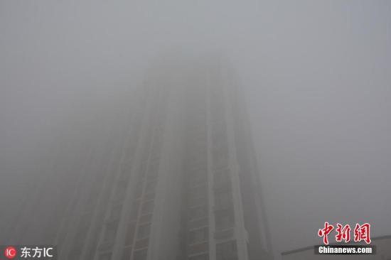 图为11月13日8时20分许,河北邯郸,从高处眺望一览无景,满目皆为白雾。赵晨光 摄 图片来源:东方IC 版权作品 请勿转载