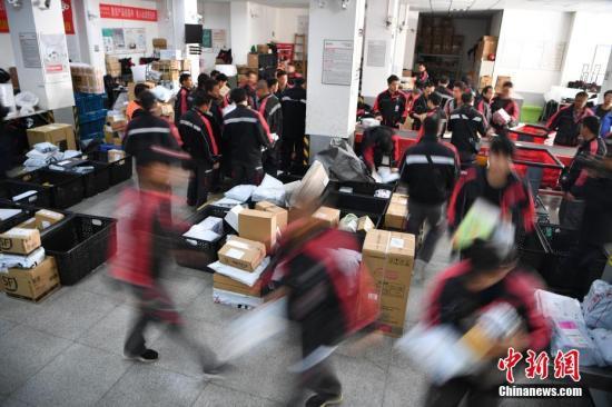 资料图:工作人员分拣快递。 <a target='_blank' href='http://www.chinanews.com/'>中新社</a>记者 刘冉阳 摄