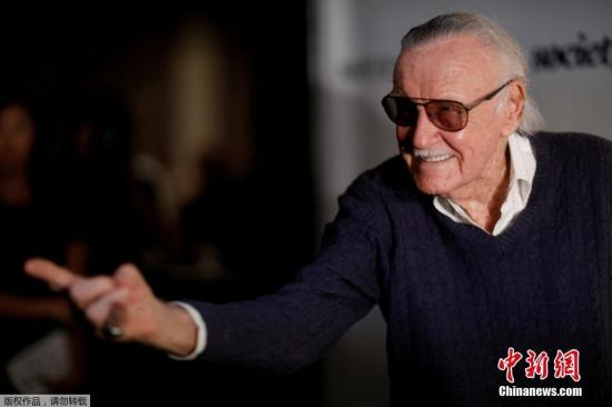 当地时间11月12日,美国漫画界元老级人物斯坦・李在好莱坞一家医疗中心去世,享年95岁。1961年,斯坦・李和杰克・柯比一起创办了漫威影业。其代表作品有《蜘蛛侠》《黑豹》《绿巨人》《X战警》《钢铁侠 》。图为斯坦・李的资料图片。