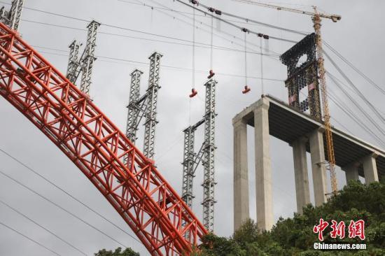 资料图:世界最大跨径上承式钢管混凝土拱桥立柱安装完成。<a target='_blank' href='http://www-chinanews-com.sztongsheng.net/'>中新社</a>记者 瞿宏伦 摄