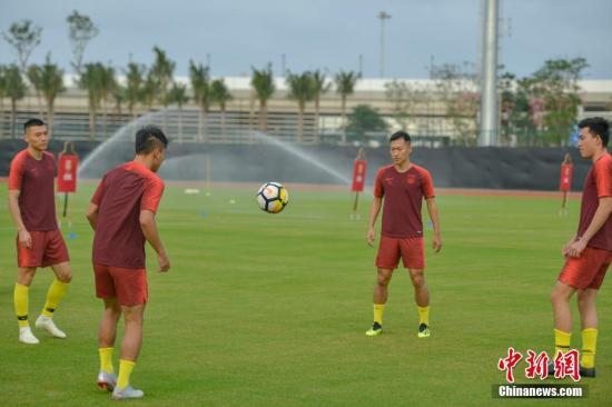11月14日,中国国家男子足球队主教练里皮携20余名队员陆续在海南海口集结,开展为期7天的集训,以备战20日与巴勒斯坦队的热身赛。中新社记者 骆云飞 摄