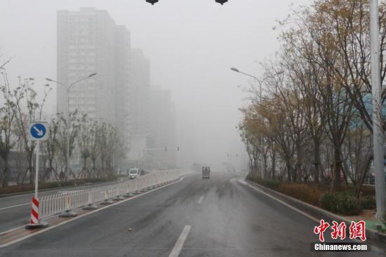 北京气象台11月14日继续发布大雾黄色预警信号,预计14日白天,局地能见度不足500米。记者 翟璐 摄