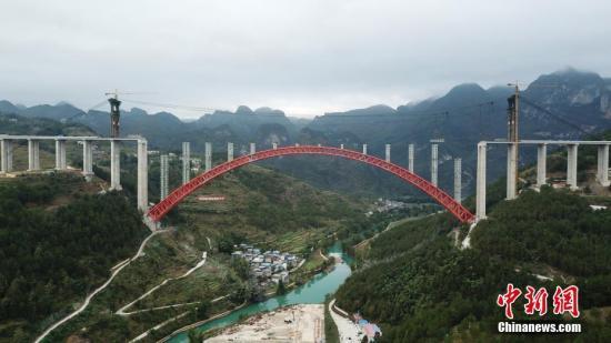 资料图:贵州省罗甸县,世界最大跨径上承式钢管混凝土拱桥立柱安装完成。<a target='_blank' href='http://www.iphonetoolchain.cn/'>中新社</a>记者 瞿宏伦 摄