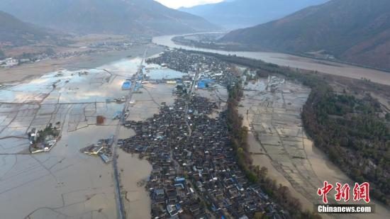 图为金沙江堰塞湖洪峰过流后的巨甸镇。  陈静/文 李扬 摄
