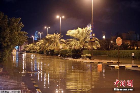 当地时间11月14日,科威特科威特市,暴雨导致街道严重积水。