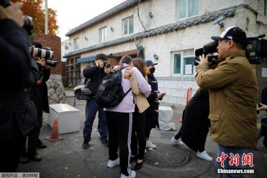 """当地时间11月15日,2019韩国大学入学考试第一天,韩国各地考生赶赴考生,学生家长陪同送考为考生加油打气,更有考生后辈在考场外祝福学长学姐""""高考""""顺利。"""