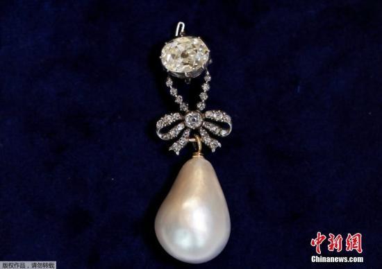 本地工夫2018年11月14日,瑞士日内瓦,法国国王路易十六的老婆王后玛丽-安托瓦内特(Marie Antoinette)的自然珍珠钻石吊坠正在苏富比拍卖止拍得3600万美圆(约开2.49亿元)低价,缔造同类品新记载。