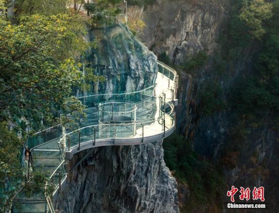 玻璃栈道是深坑最佳观景点之一。供图