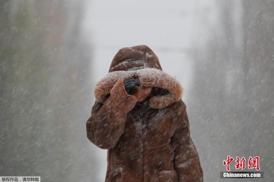 当地时间11月14日,乌克兰基辅突降大雪,民众出行受阻。
