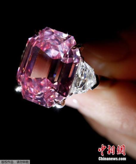 据外媒报道称,起初这颗纯净度极高的粉钻定价为3000至5000万美元。这颗钻石发现于南非某矿场,此前长期归掌控戴比尔斯钻石公司的奥本海默家族所有,后来主人不明。