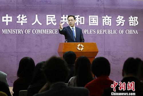 11月15日,中国商务部在北京举行例行新闻发布会。商务部新闻发言人高峰在发布会上对外公布数据显示,今年1-10月,中国实际使用外资7011.6亿元人民币,同比增长3.3%,在主要投资来源地中,英国实际投入金额同比增长175.9%,表现优异。 <a target='_blank' href='http://www-chinanews-com.anhuamoju.com/'>中新社</a>记者 李慧思 摄