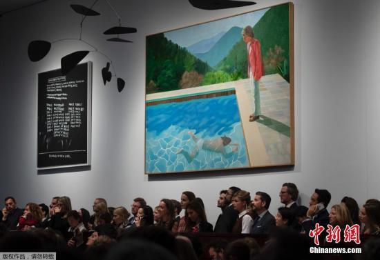 """当地时间11月15日,2018年纽约秋季拍卖周进入收官战,佳士得拍卖行的""""战后及当代艺术晚拍""""上,英国艺术家大卫・霍克尼的代表作《艺术家肖像》以1800万美元起拍,最终以8000万美元落槌,计佣金后成交价为9031.25万美元,超过美国艺术家杰夫・昆斯,成为拍卖纪录最高的在世艺术家。图为拍卖会现场。"""