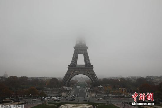 当地时间11月15日,法国出现大雾天气。法国巴黎的标志性建筑埃菲尔铁塔被大雾笼罩。