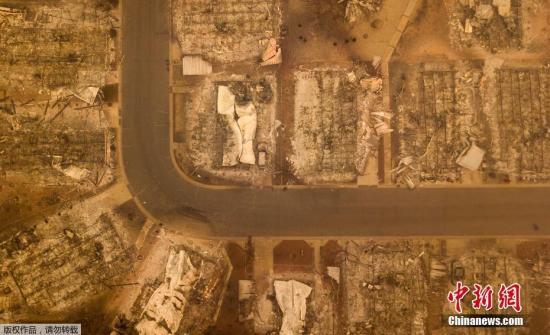 """资料图:据美媒报道,美国加州山火进一步蔓延,遇难人数则进一步上升。当地时间11月14日,搜救队在搜寻工作中又找到多具遗体。截至当日,死亡人数上升到了59人。自8日美国加利福尼亚州北部天堂市""""坎普""""山火爆发以来,这场大火已经持续将近一周,搜救人员表示随着救援工作的持续,死亡人数还会进一步上升。此外,这场大火估计殃及了5.26万公顷土地,焚毁了8000多座房屋和建筑。目前有5600人参与灭火。"""
