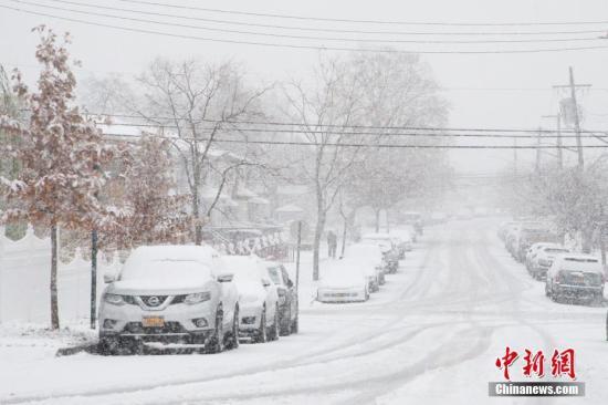 资料图:当地时间11月15日,美国纽约迎来今年冬天首场降雪。图为纽约市皇后区一处街道白雪皑皑。记者 廖攀 摄