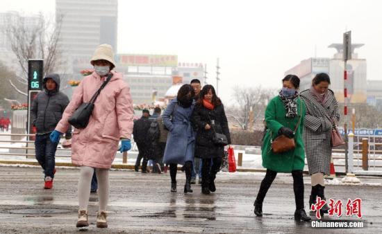 """11月16日,受降温降雪天气影响,西宁市民""""全副武装""""出走。青海省其余各地从11月15日夜晚最先均不息展现降雪。此次降雪周围广,量级大,对各地交通带来较大影响。中新社记者 马铭言 摄"""