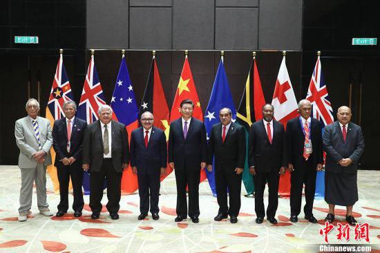 11月16日,中国国家主席习近平在莫尔兹比港同巴布亚新几内亚总理奥尼尔、密克罗尼西亚联邦总统克里斯琴、萨摩亚总理图伊拉埃帕、瓦努阿图总理萨尔瓦伊、库克群岛总理普纳、汤加首相波希瓦、纽埃总理塔拉吉等建交太平洋岛国领导人以及斐济政府代表、国防部长昆布安博拉举行集体会晤。习近平主持会晤并发表主旨讲话。中新社记者 盛佳鹏 摄