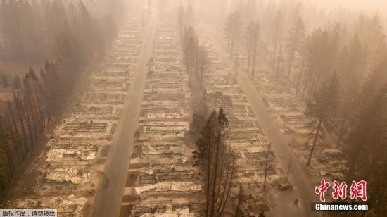 当地时间2018年11月15日,美国加州天堂镇,航拍山火摧毁的社区景观。