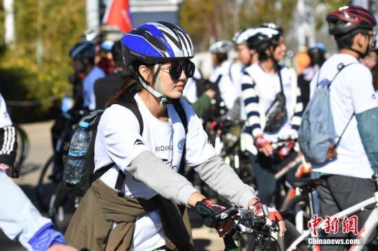 图为台湾学生参与骑行。中新社记者 刘冉阳 摄