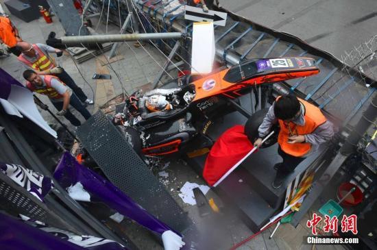 18日,澳门格兰披治大赛车三级方程式赛事中,其中一架赛车失控撞上记者台。车手在被救出时仍然有反应,另外两名工作人员及一名在台上的记者受伤,需要送院救治。<a target='_blank' href='http://www-chinanews-com.shlutuo.com/'>中新社</a>记者 ��尚�F 摄