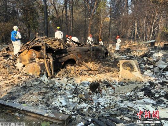 截止11月18日晚,美国加州山火已经延烧十日,这场山火也在继续刷新全美山火致死和毁坏程度的纪录:全加州已经有至少79人在这场山火中丧命,将近有1300人失踪,其燃烧面积超过了25万英亩。