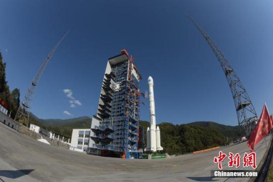 图为发射前夕,星箭组合体在发射塔架蓄势待发及总装厂房测试。李迪克 摄