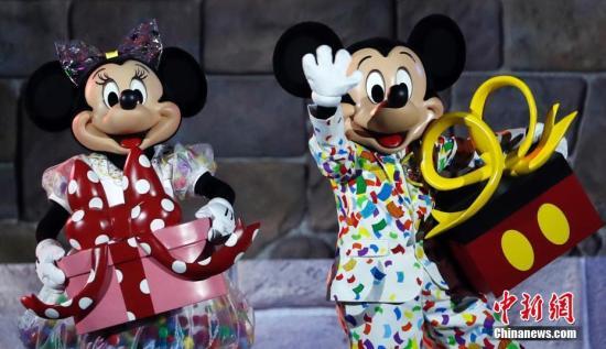 11月18日,米奇迎来90周年纪念日,在上海迪士尼度假区与粉丝共庆生日。2018-12-13,米奇在《威利号汽船》中首次登上银幕。图为米奇与米妮换上定制版生日礼服,参加在奇幻童话城堡前举行的生日庆典活动。<a target='_blank' href='http://www-chinanews-com.wenyushipin.com/'>中新社</a>记者 汤彦俊 摄