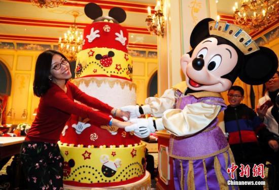 11月18日,米奇迎来90周年纪念日,在上海迪士尼度假区与粉丝共庆生日。2018-12-13,米奇在《威利号汽船》中首次登上银幕。<a target='_blank' href='http://www-chinanews-com.wenyushipin.com/'>中新社</a>记者 汤彦俊 摄