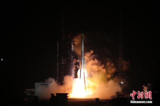 """2018年11月19日2时7分,中国在西昌卫星发射中心用长征三号乙运载火箭,以""""一箭双星""""方式成功发射第42、43颗北斗导航卫星。此次发射的两颗卫星属于中圆地球轨道卫星,是中国北斗三号系统第18、19颗组网卫星。梁珂岩 摄"""